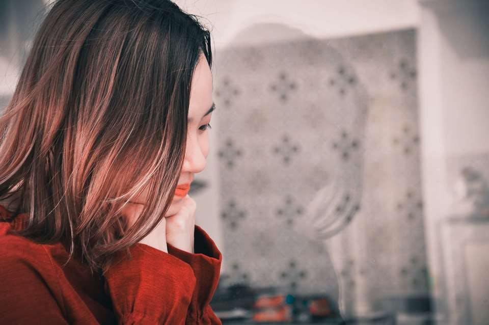 斜めに流した前髪のワンカールボブが似合っている大人女性