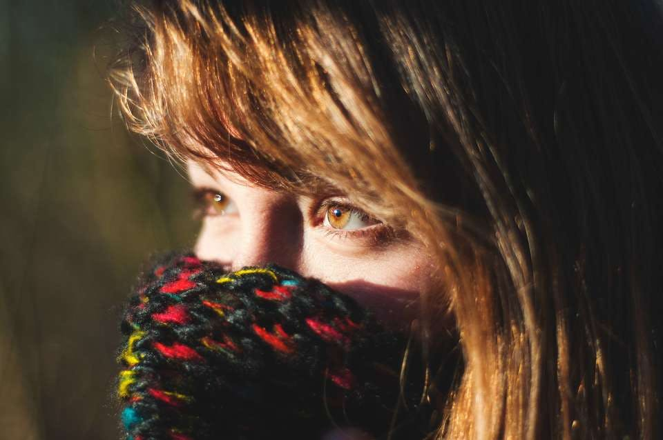 寒い日にギザギザ前髪にしたマフラーの人