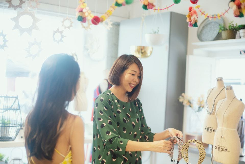 原宿の雑貨屋でお買い物を楽しむ若い女性