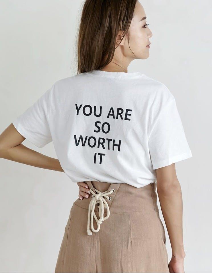 柄ありTシャツを着こなす女性