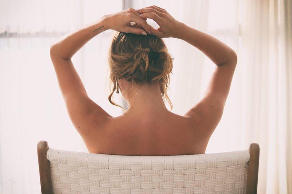 育乳方法を思案中の女性の後姿