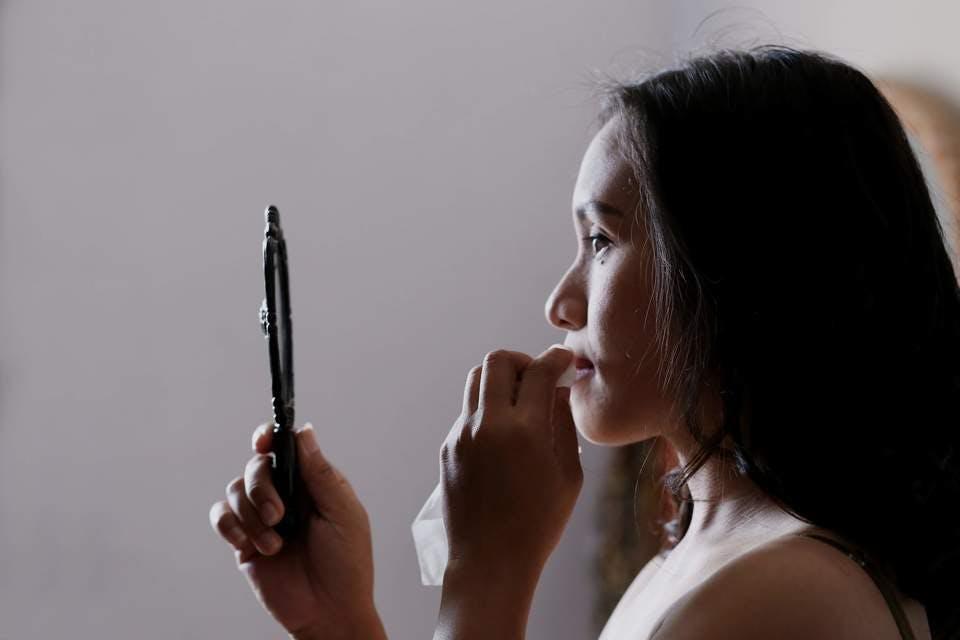 混合肌用ファンデーションを使ってメイク中の女性