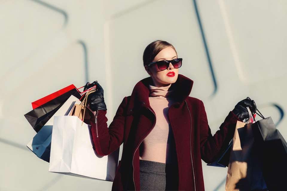 福岡のセレクトショップで買い物をした女性