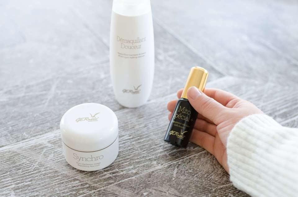 混合肌用化粧水の後に使う美容液を持つ手