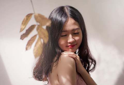 Medium woman wearing brown sleeveless top 819808  4   1
