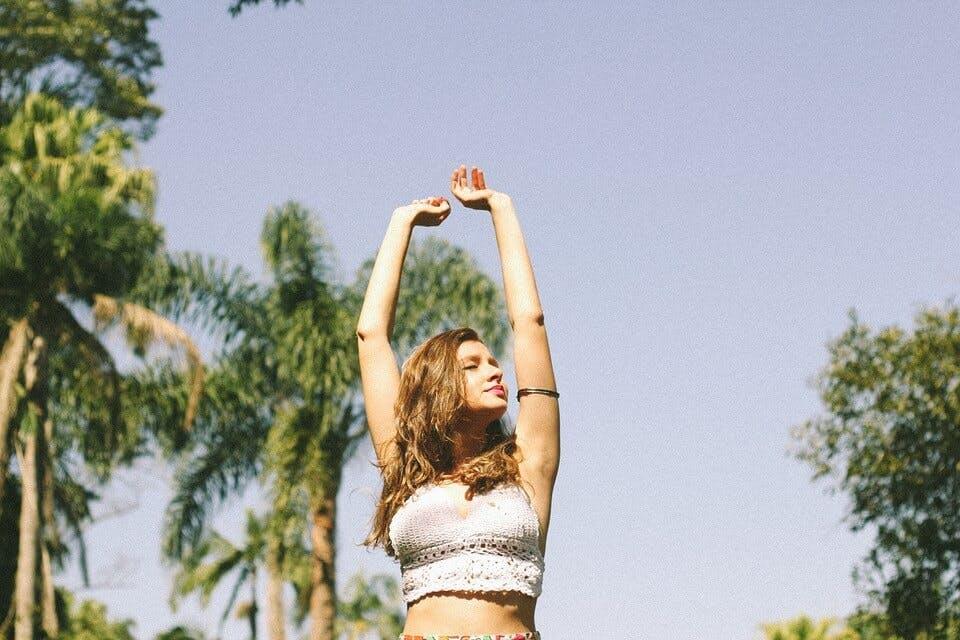 垂れる胸を上げるエクササイズを始めた女性