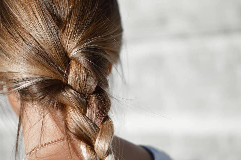湿気で髪の毛が崩れて悩む女性