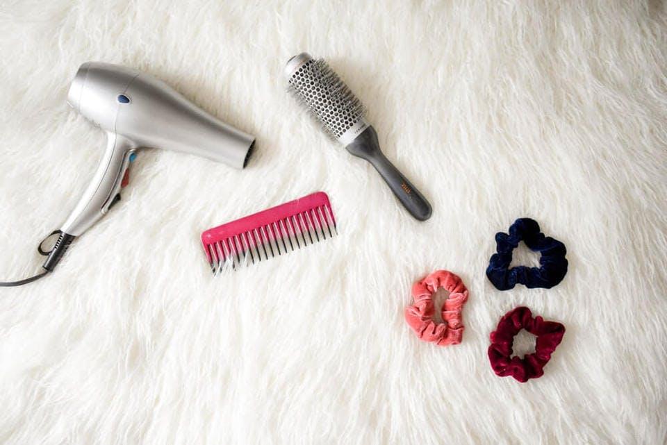 湿気で波打つ髪を美しく整える