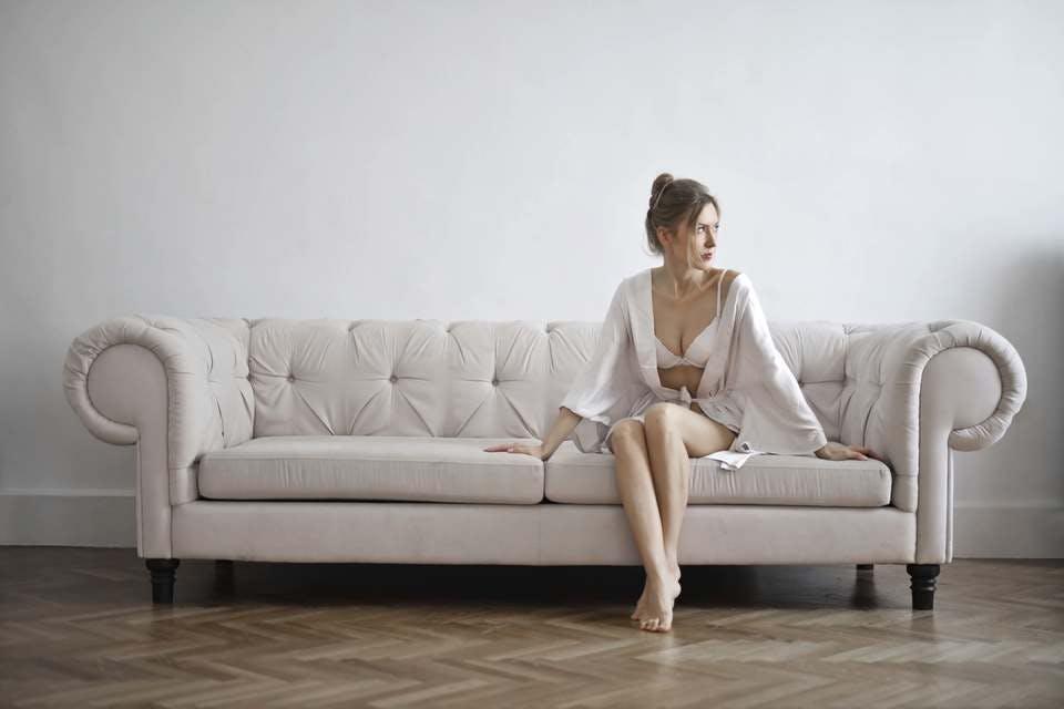 おすすめのナイトブラでソファーに腰掛ける30代女性