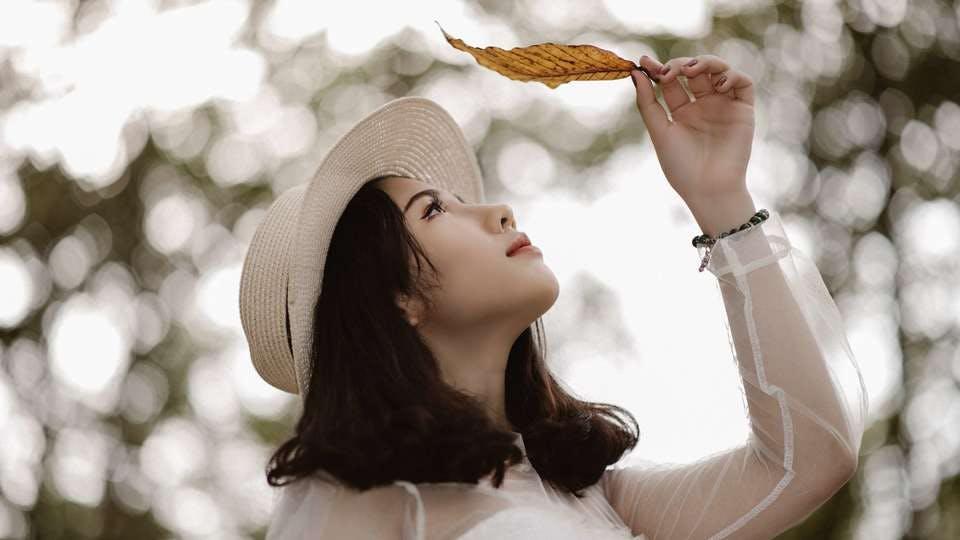 葉っぱを見る桃花眼の女性