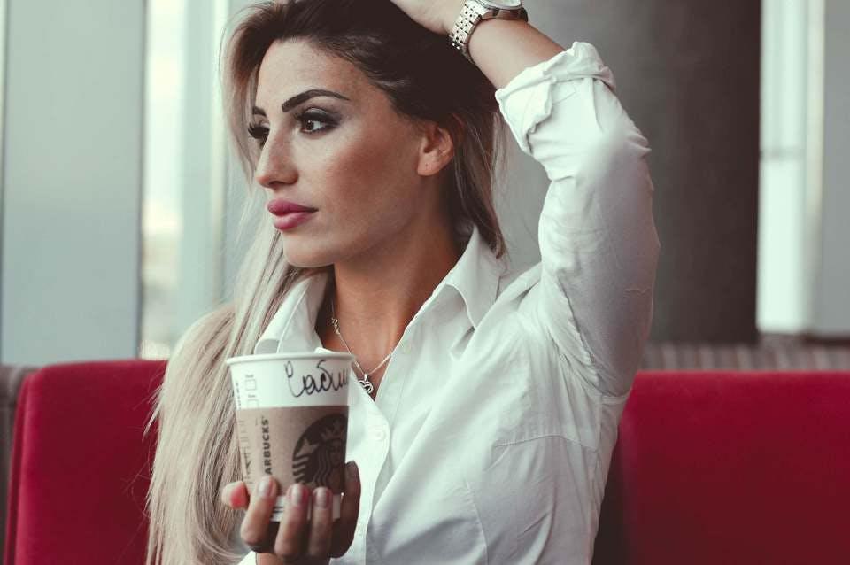 100均アイプチで大人な目元を手に入れた女性
