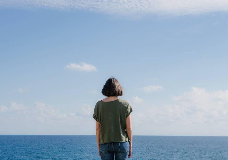 海を眺める小顔ボブの女性