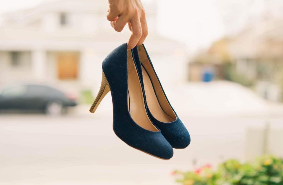 100均アイテムで靴を手入れする人