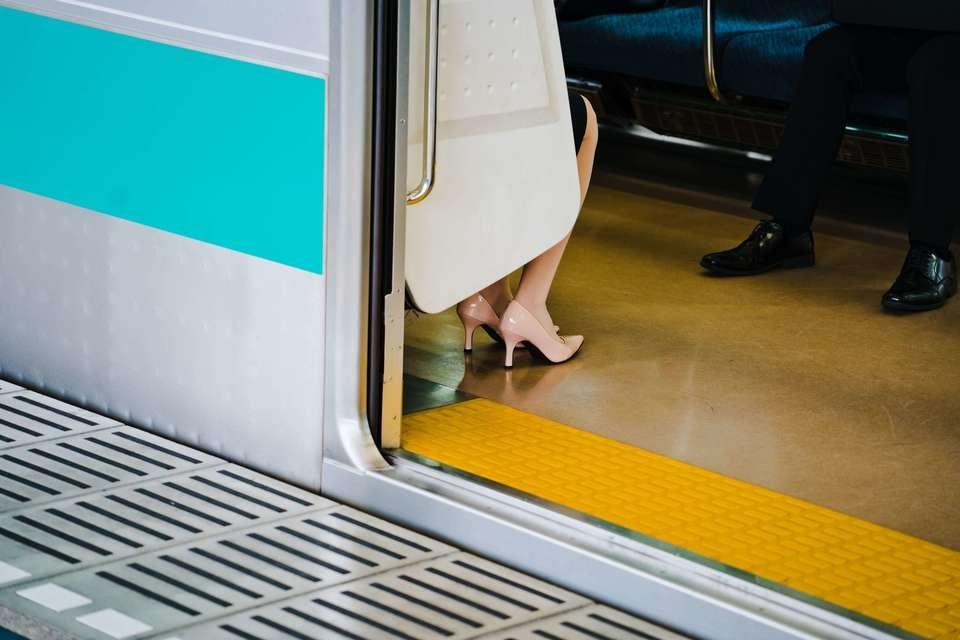 100均のストッキングで通勤する女性