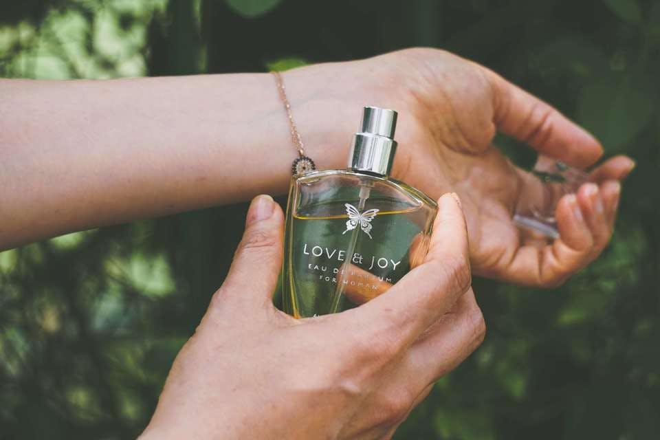 ユニセックス香水を振りかけている手