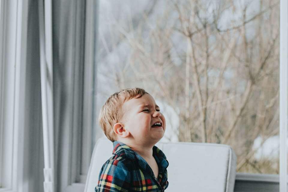 夫婦仲が悪いことで子供に影響を与えてしまい泣く赤ちゃん