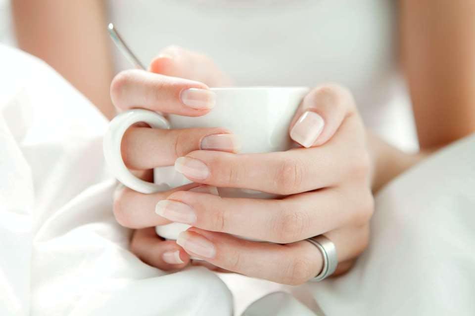 白ネイルとマグカップ