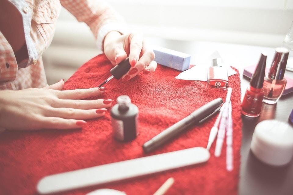 ネイルを塗る女性