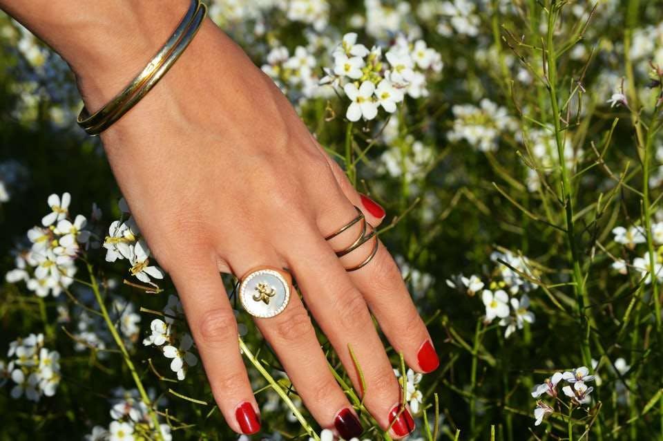 赤ネイルと花