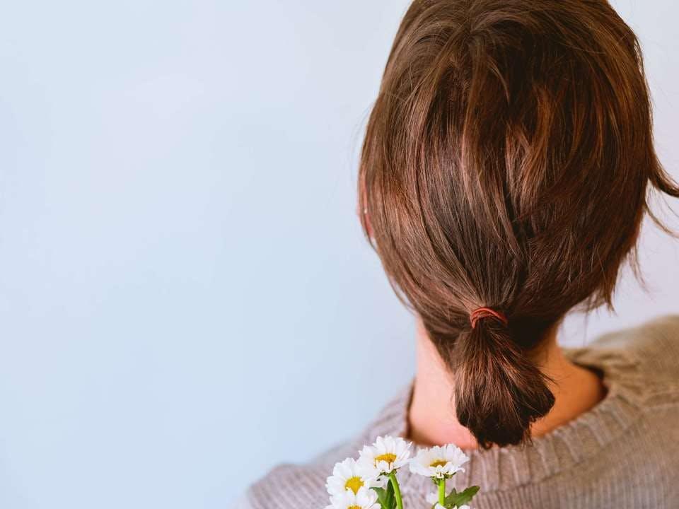 ショートヘアのポニーテールと花