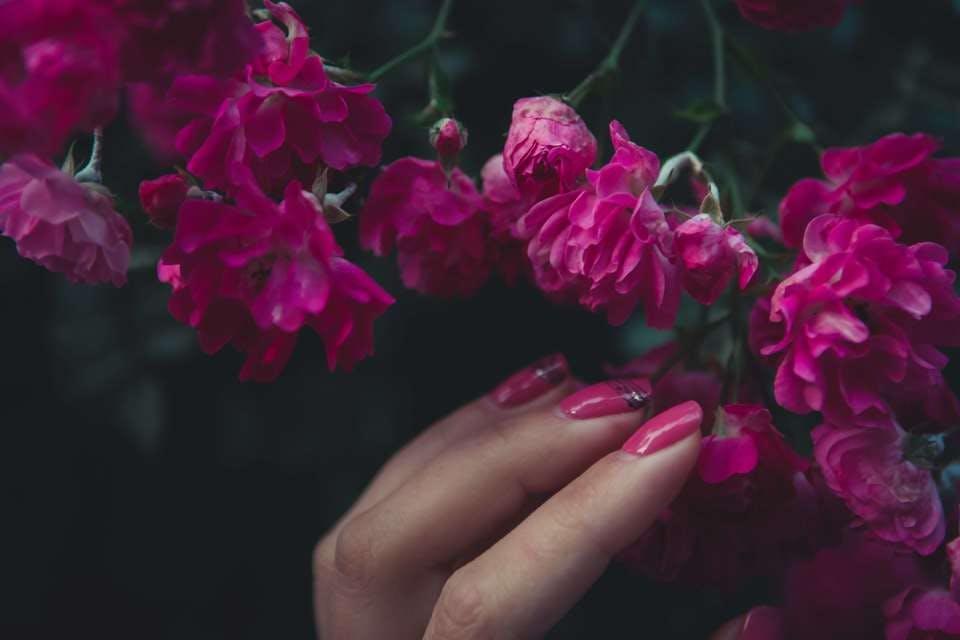 花とピンクネイル