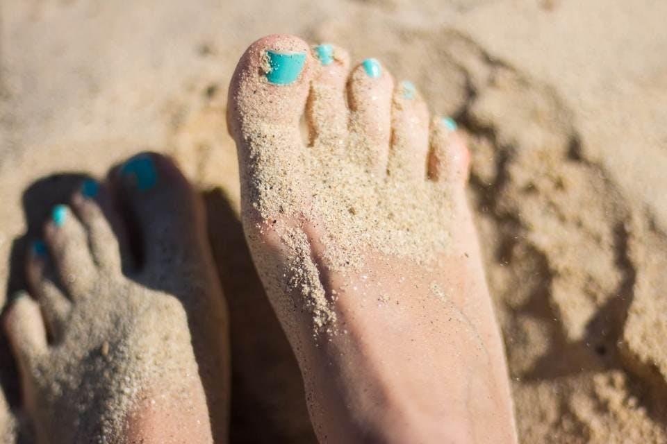砂浜と青系フットネイル