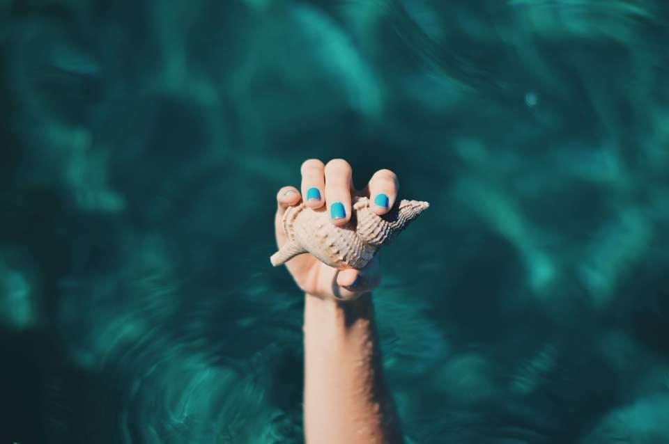 海と似合うターコイズブルーのネイル