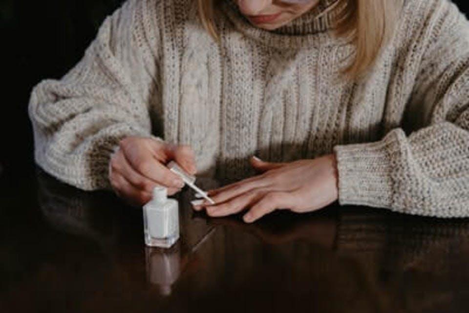 ネイルアートをる女性