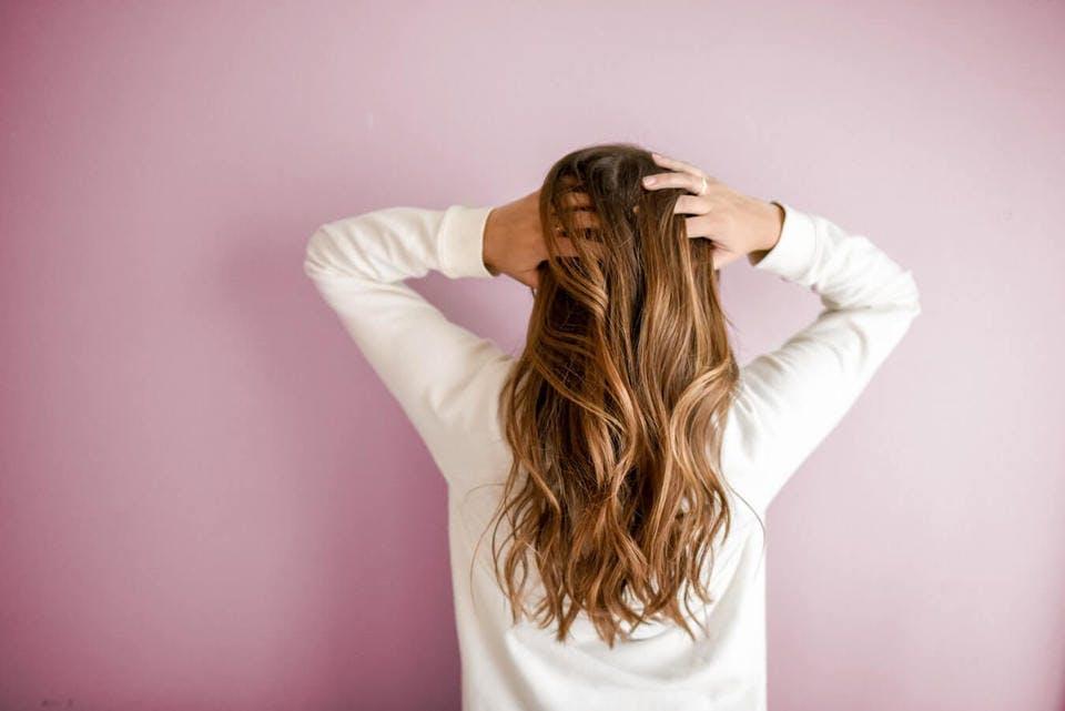 女性のバックスタイルの髪型