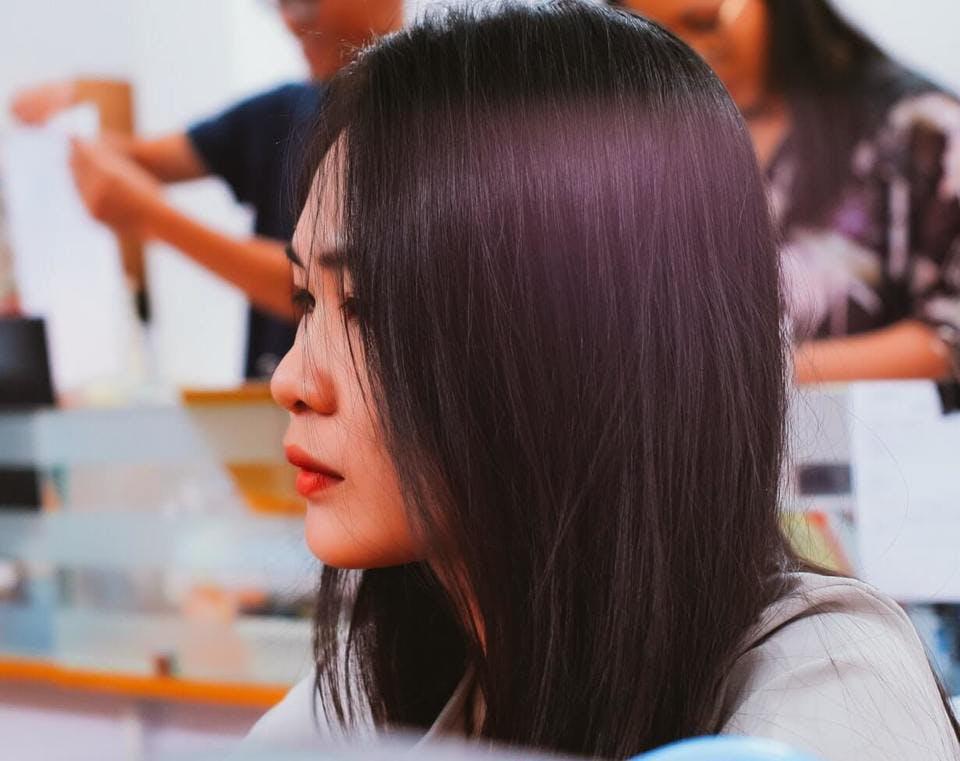 女性の髪型の横顔