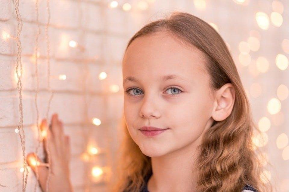 ミルクティーブラウンヘアの少女