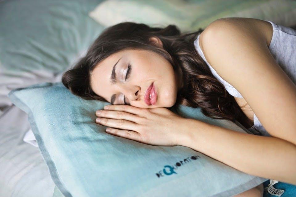 眠る女性を抱きしめる夢占い